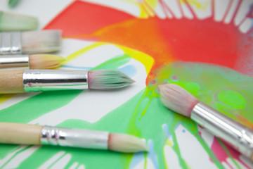 pinceles deordenados con pintura abstracta en fondo blanco