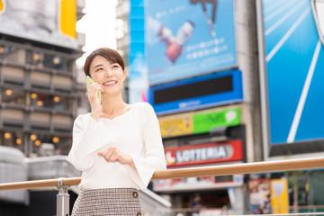 観光する女性 大阪 電話