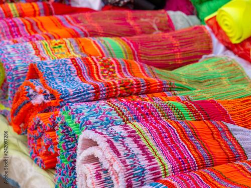 Bunte Stoffe Auf Einem Marktstand In Yunnan In China Stock Photo