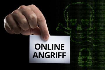 Hand hält Karte mit Aufschrift Online Angriff