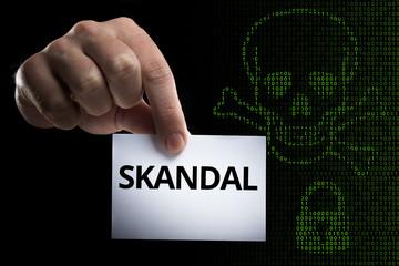 Hand hält Karte mit Aufschrift Skandal