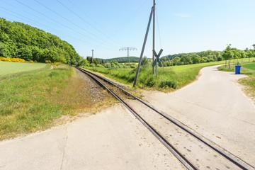 """Gleis vom """"Rasenden Roland"""" auf Rügen"""