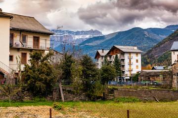 Casas en Broto y Pirineos al fondo. Huesca. Aragon. España. Europa