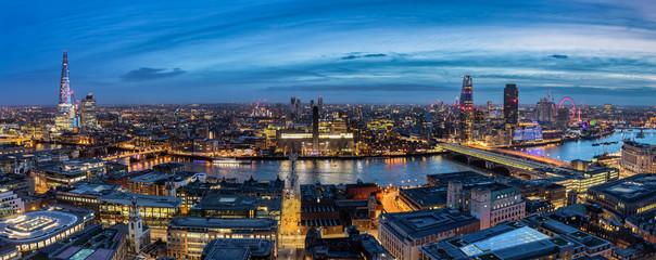 Die beleuchtete Skyline von London bei Nacht: von der Tower Bridge entlang der Themse bis zum Westminster Palast