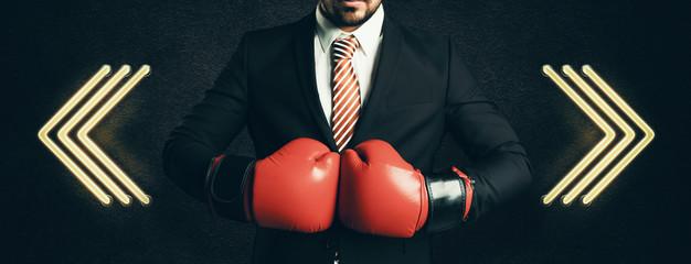 Geschäftsmann mit Boxhandschuhen muss sich für eine Richtung entscheiden