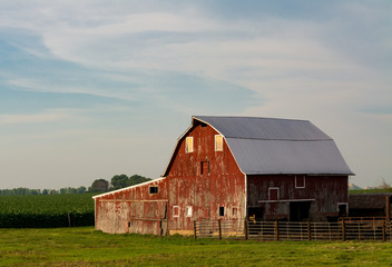 Midwestern barn in the afternoon light.  LaSalle County, Illinois, USA