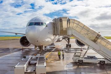 avion bi-réacteur sur le tarmac aux Seychelles