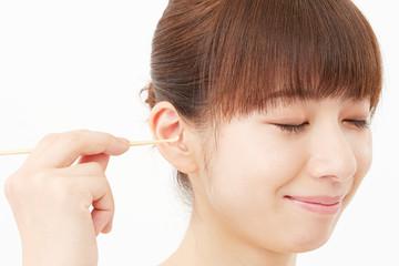 女性 耳掻きする女性