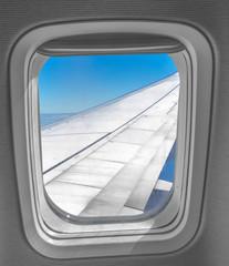 hublot d'avion long-courrier volet ouvert avec vue sur l'aile