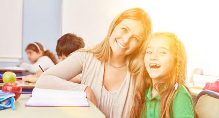 Schüler bekommt Nachhilfe Unterricht von Lehrer