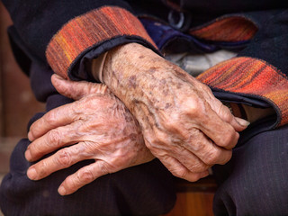 Hände einer alten Frau in Yunnan in China
