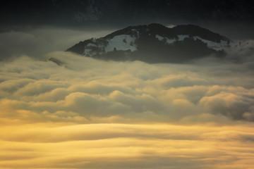 inversione termica e isola tra le nuvole Wall mural
