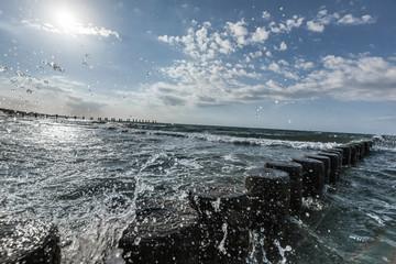 Meerwasser spritzt an Ufer. Seawater splash on coast.