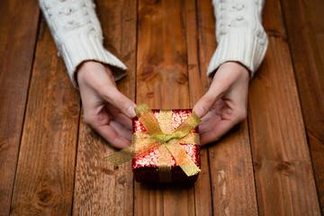 プレゼントを持つ女性の手