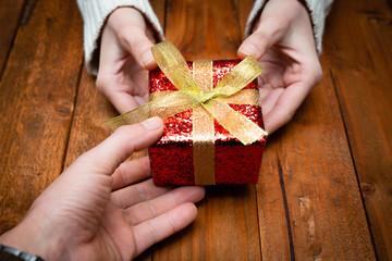 プレゼントを渡す男女の手