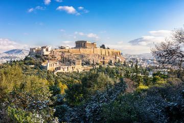 Fototapete - Panoramasicht auf die Akropolis von Athen mit dem Parthenon Tempel über der Altstadt Plaka im Winter mit Schnee
