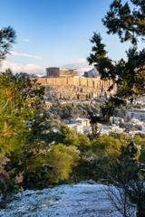 Fototapete - Die Altstadt von Athen, Plaka, mit der Akropolis und dem Parthenon Tempel im Winter mit Schnee