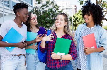 Fröhliche internationale Studenten in der Stadt
