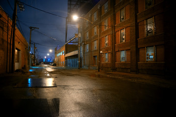 Fototapete - Dark and eerie industrial urban city street at night in Chicago