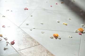床に落ちた花びら