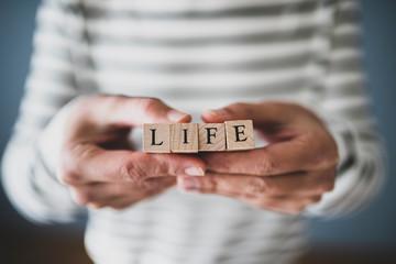 LIFEを持つ人の手