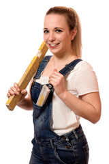 Junge Handwerkerin mit Wasserwaage
