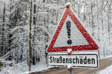 Verkehrszeichen, Straßenschäden