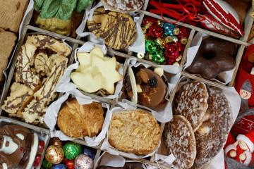 Gebäck, Süßigkeiten und Filzdeko für Weihnachten