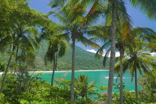 barque sur la plage d'aventureiro à ilha grande