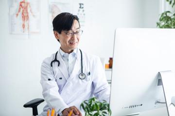 優しい笑顔の男性医師