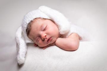 Portrait eines friedliche schlafenden, neugeborenen Babys auf einer weißen Decke
