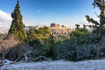 Fototapete - Der antike Parthenon Temple auf der Akropolis in Athen an einem Tag im Winter mit leichtem Schnee