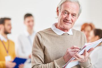 Älterer Mann als Berater hat eine Idee