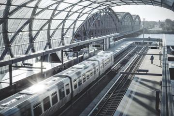 Bahn fährt in einen modernen Bahnhof ein