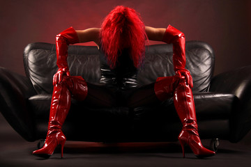 Frau sexy in rot und schwarz