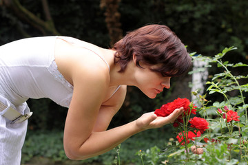 Frau riecht Rose