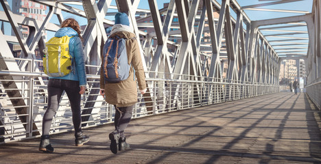 Zwei junge Frauen in warmer Kleidung erkunden die Stadt
