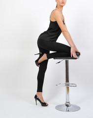 model frau girl steht an einem barhocker in bar und post mit sexy langen beinen