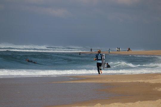 surfeur sur la cote landaise hossegor