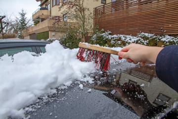 Schnee vom Autodach kehren