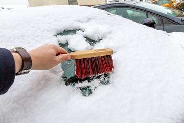 Schnee von der Windschutzscheibe kehren