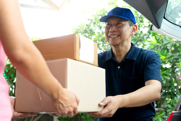 worker man delivery the boxs to woman