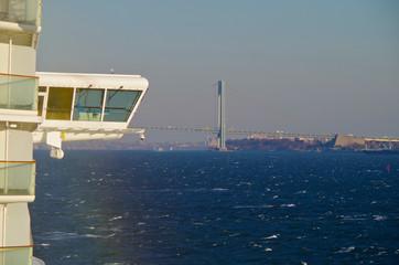 Kreuzfahrtschiff erreicht Hafen von New York mit Hängebrücke voraus