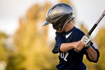 Young baseball player prepares to take a swing.