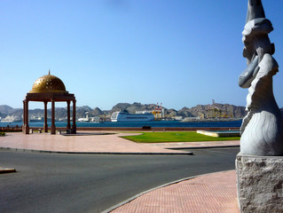 Kreuzfahrtschiff im Hafen von Muscat, Oman