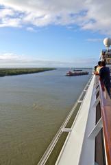 Kreuzfahrtschiff fährt Mississippi hinauf