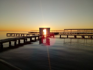 El sol entra por la puerta