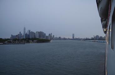 Blick auf New Yorker Skyline von Ozeanliner