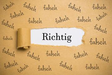 """Papierriss zeigt das Wort """"Richtig"""""""