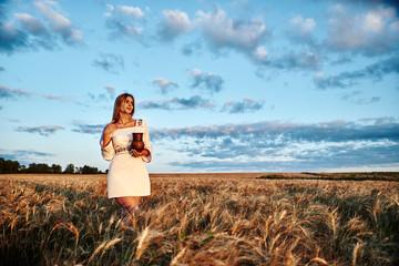 Русская девушка в поле